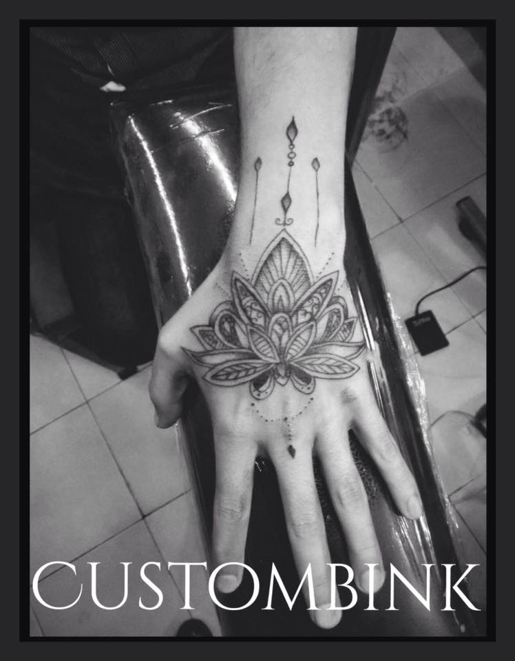 Mandala mano tatuaje realizado por B-Ink Tattoo