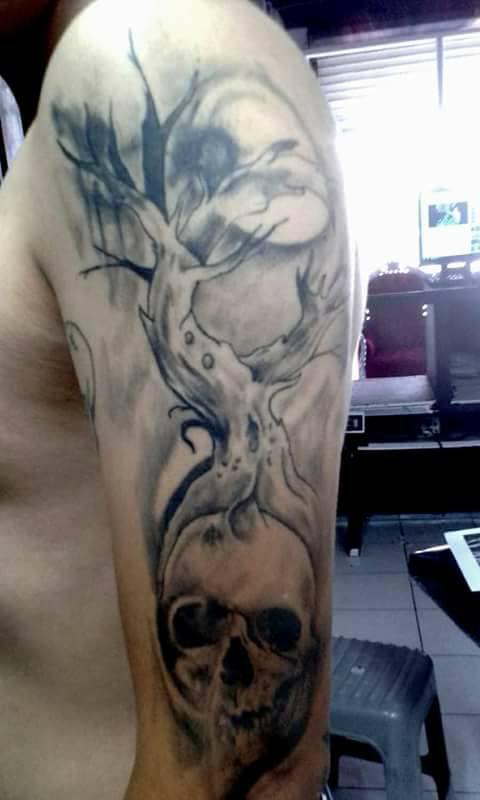 Arbol con craneo tatuaje realizado por Rak Martinez