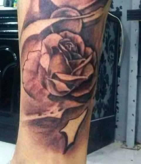 Rosa tatuaje realizado por Rak Martinez