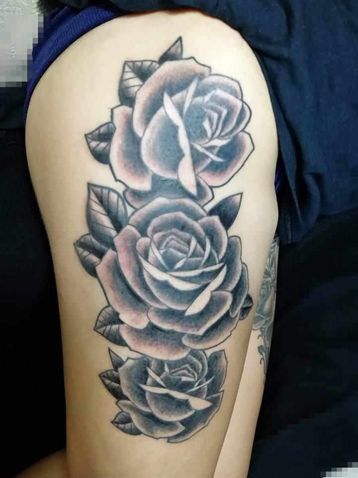 Tres rosas tatuaje realizado por Juliio Tatuajes