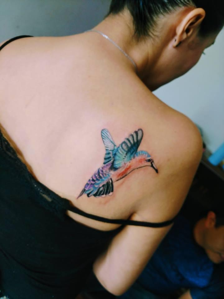 Colibrí tatuaje realizado por Omar Mendoza