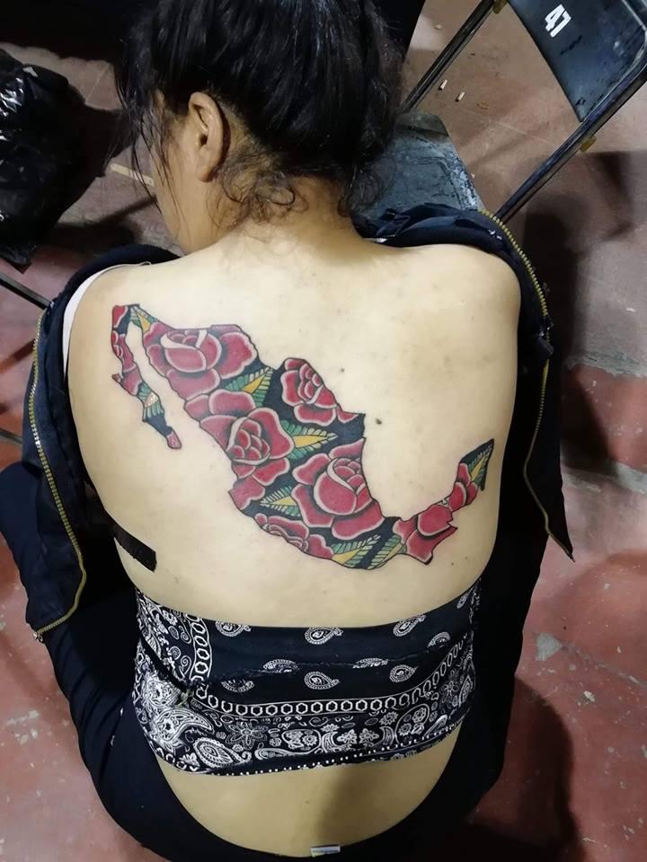 México con rosas tatuaje realizado por Juliio Tatuajes