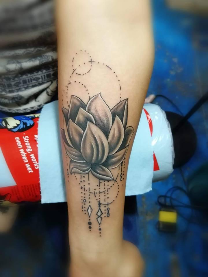 Flor tatuaje realizado por Juliio Tatuajes