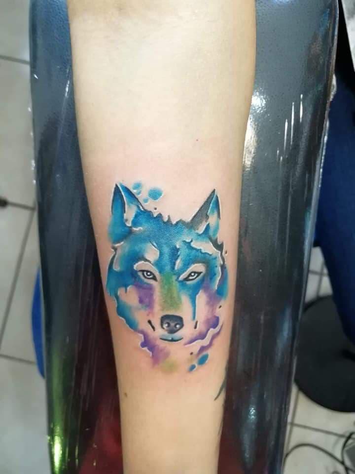 Lobo acuarela tatuaje realizado por Juliio Tatuajes