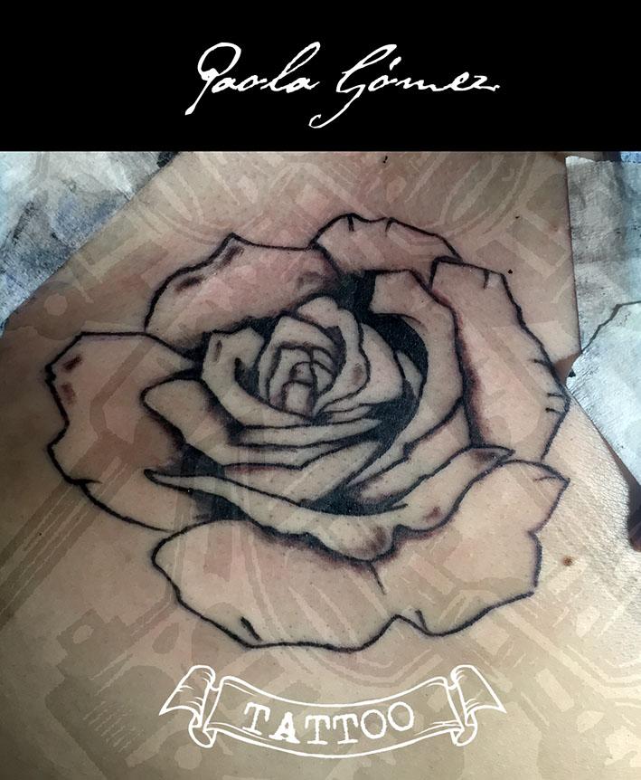 Rosa tatuaje realizado por Paola Gómez