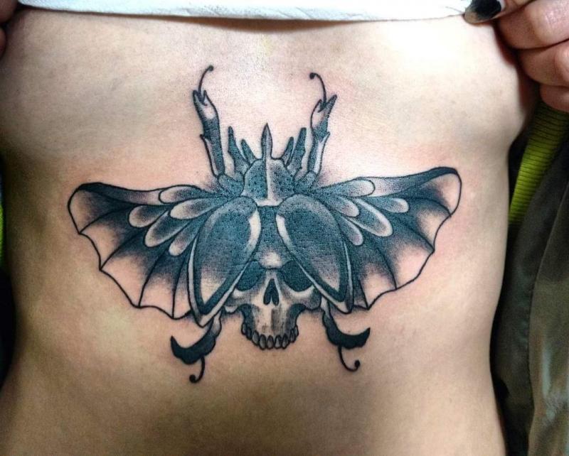 Escarabajo  tatuaje realizado por Oscar Ortiz