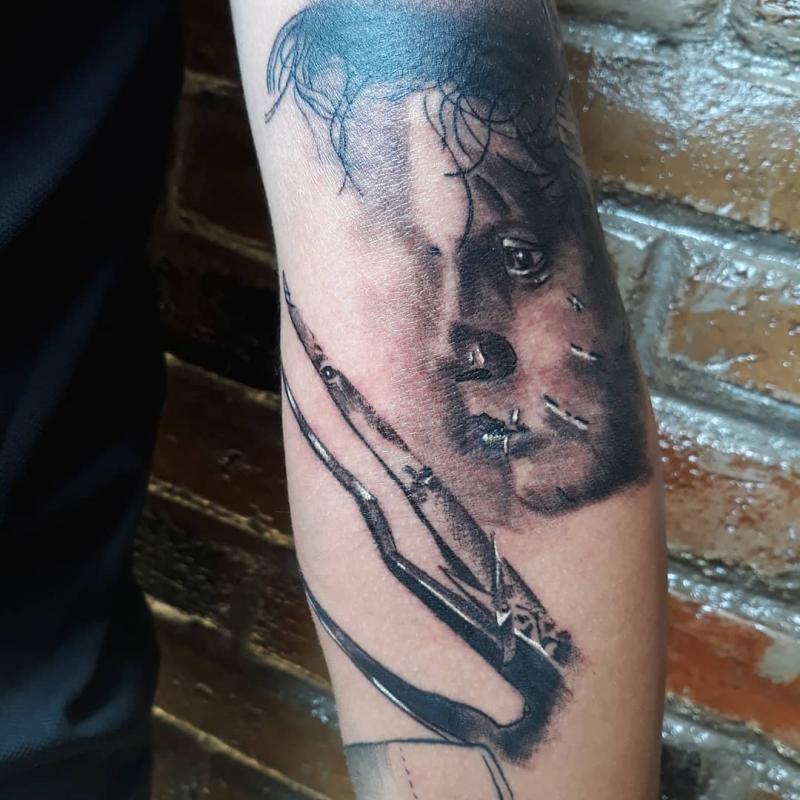 Manos de tijera tatuaje realizado por Luis Enrique Tattoo