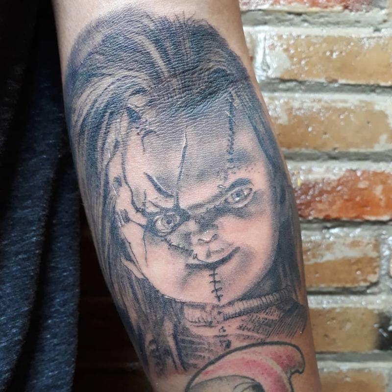Chucky tatuaje realizado por Luis Enrique Tattoo