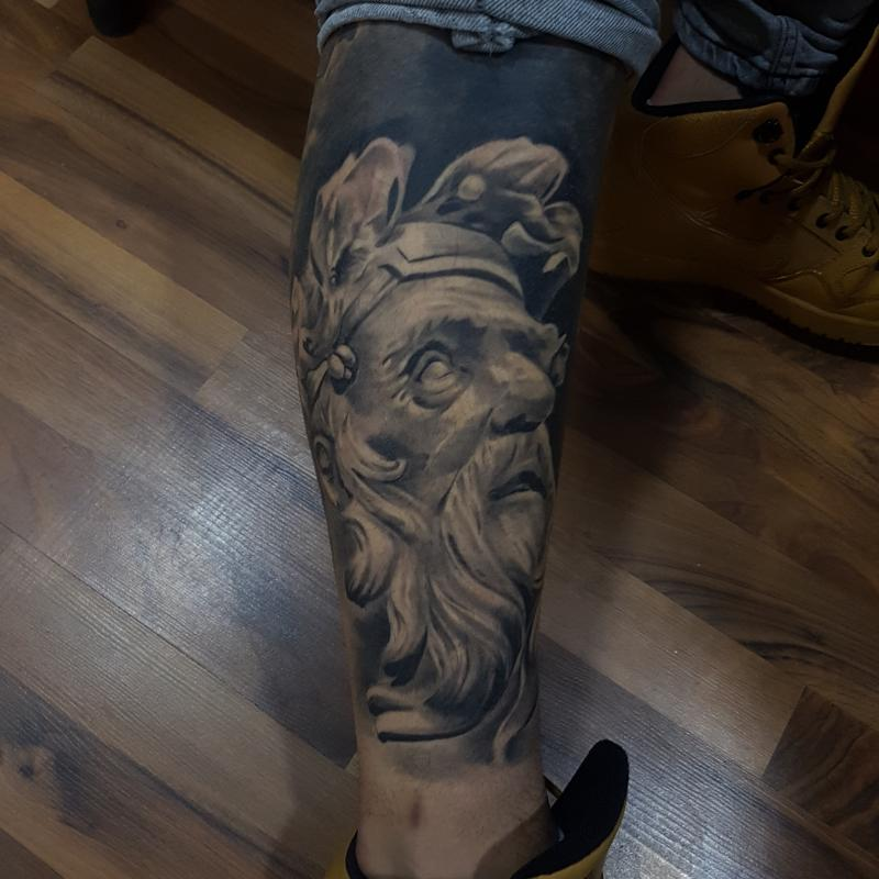 Platon tatuaje realizado por Miguel BlackandGray