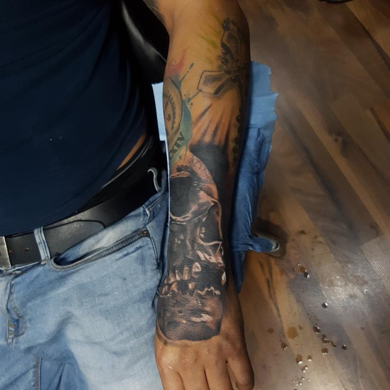 Craneo tatuaje realizado por Miguel BlackandGray
