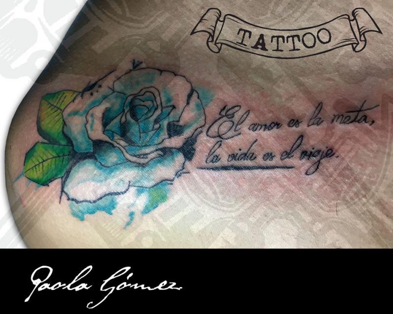 Rosa Azul tatuaje realizado por Paola Gómez