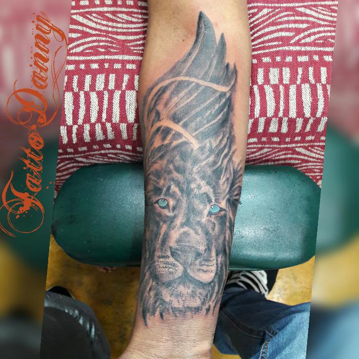 León brazo tatuaje realizado por TattoDanny