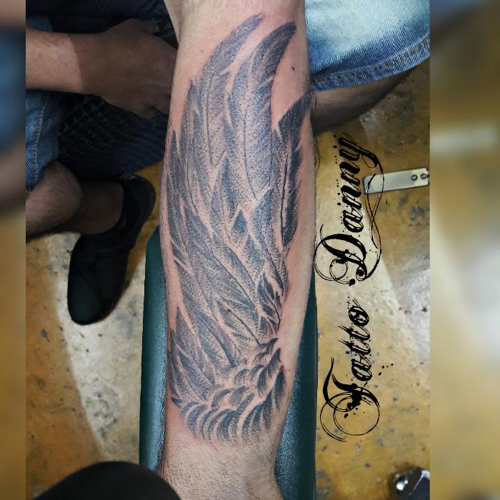 Ala en sombra tatuaje realizado por TattoDanny