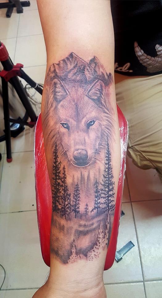 lobo en el bosque  tatuaje realizado por The inkperfect tattoo shop