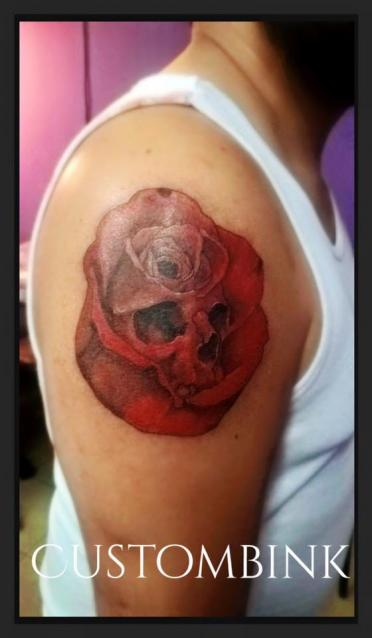 Red Skull Rose tatuaje realizado por B-Ink Tattoo