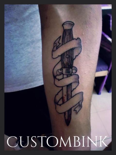 Daga tatuaje realizado por B-Ink Tattoo