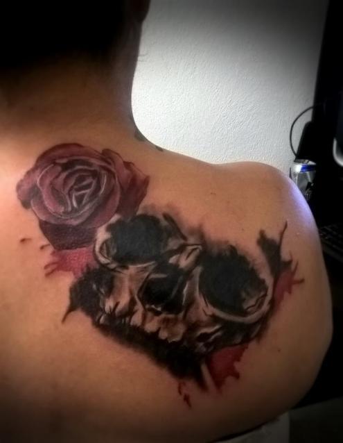 skull and rose tatuaje realizado por Omar Mendoza
