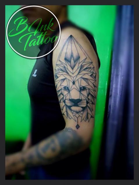 León geométrico tatuaje realizado por B-Ink Tattoo
