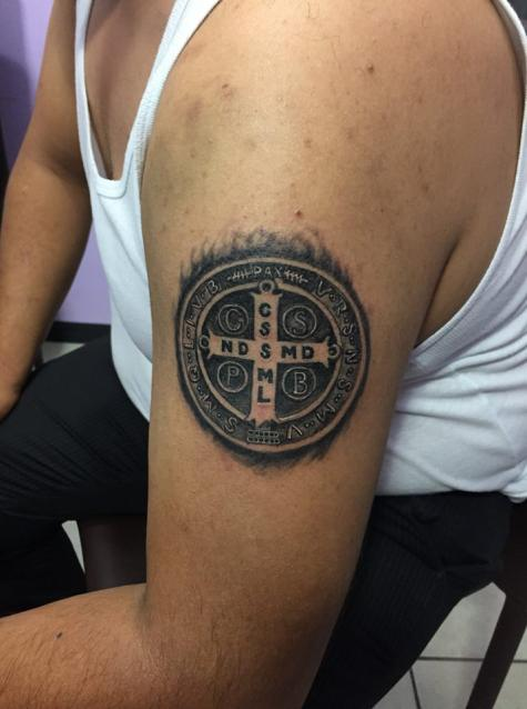 Medalla san Benito tatuaje realizado por Omar Mendoza