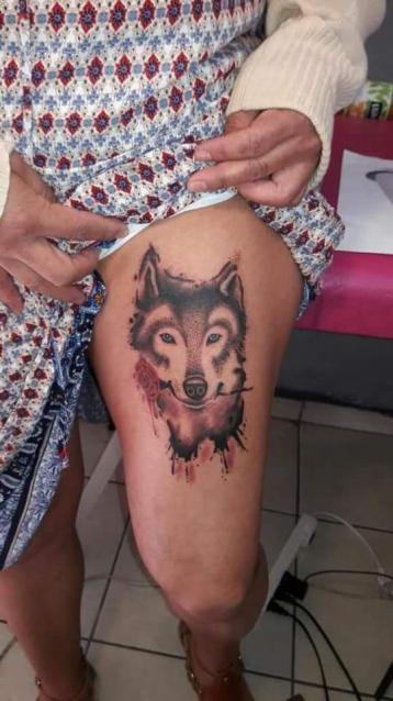 Lobo en sombras tatuaje realizado por Juliio Tatuajes