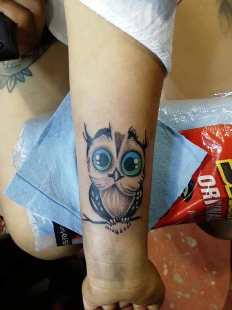 buho tatuaje realizado por Juliio Tatuajes