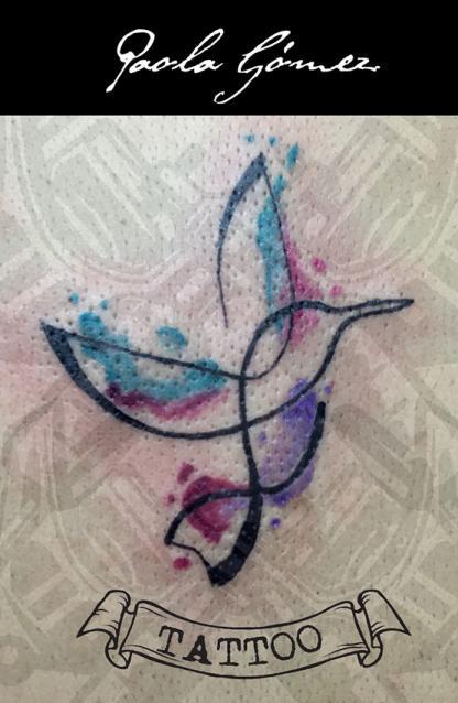 Colibri tatuaje realizado por Paola Gómez