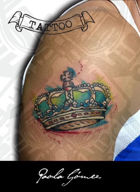 Corona tatuaje realizado por Paola Gómez