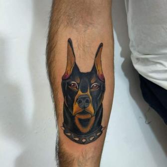 Doberman  tatuaje realizado por Oscar Ortiz