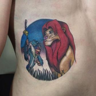 Escena del rey león  tatuaje realizado por Oscar Ortiz