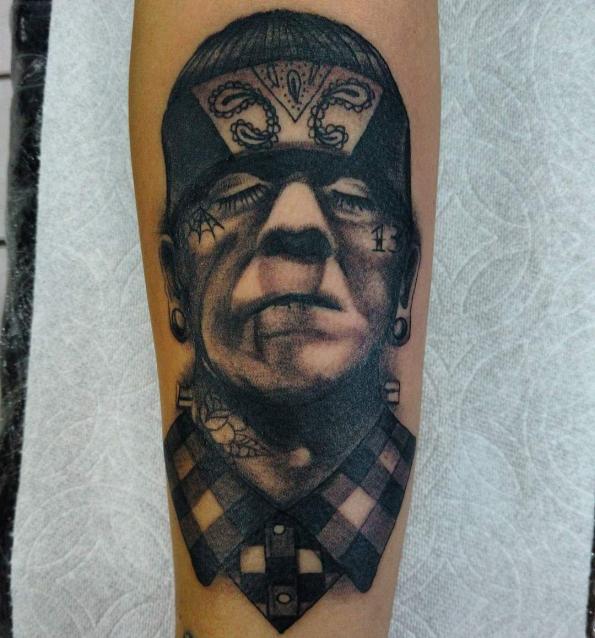 Frankenstein cholo tatuaje realizado por Oscar Ortiz