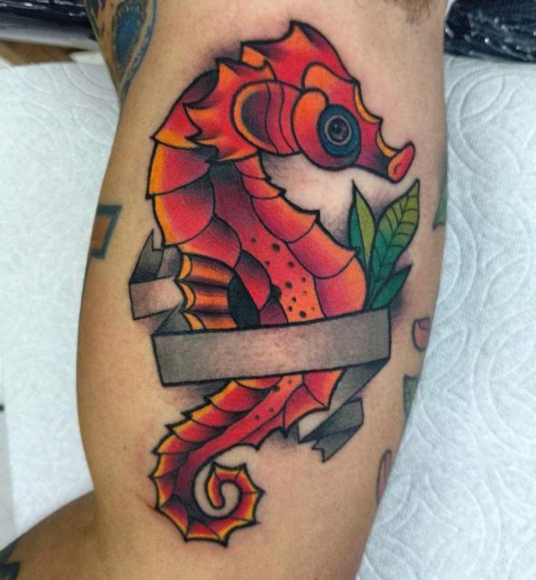 Caballito de mar  tatuaje realizado por Oscar Ortiz