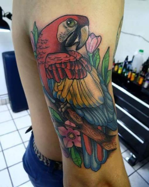 Guacamaya  tatuaje realizado por Oscar Ortiz