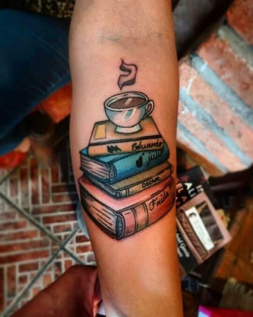 Amante de los libros  tatuaje realizado por Oscar Ortiz