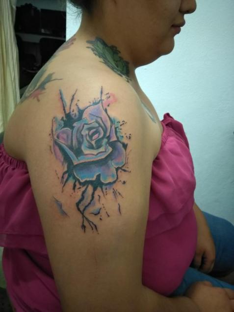Rosa colores tatuaje realizado por Omar Mendoza
