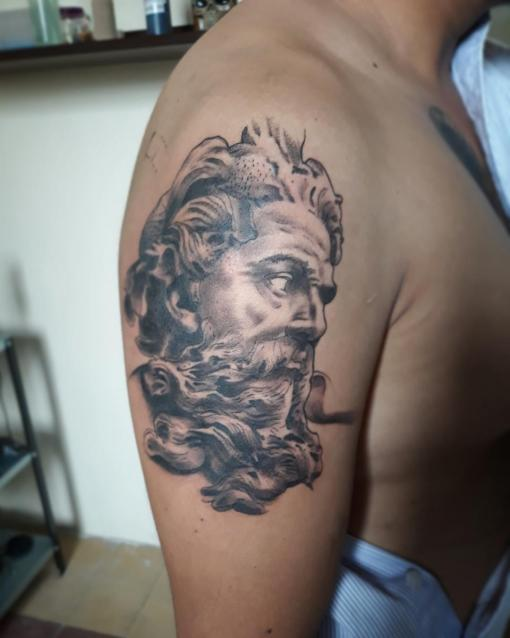 Zeus  tatuaje realizado por Luis Enrique Tattoo