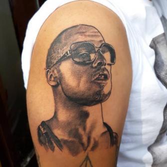 Brad Pitt tatuaje realizado por Luis Enrique Tattoo