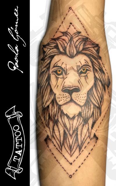 León tatuaje realizado por Paola Gómez