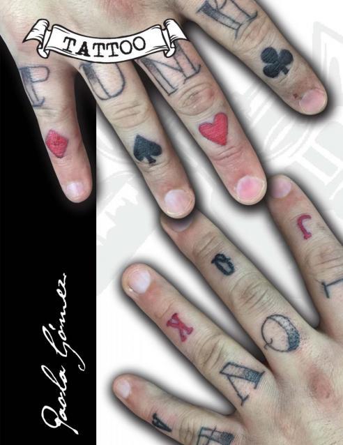 Letras y Naipes tatuaje realizado por Paola Gómez