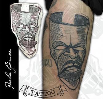Mascara Tragedia tatuaje realizado por Paola Gómez