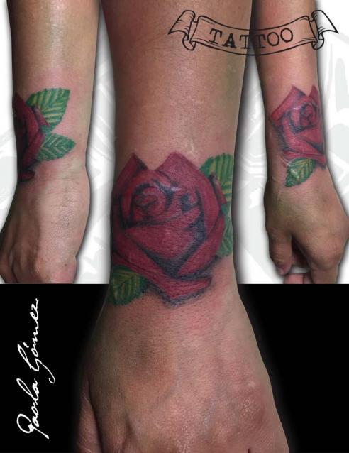 Brazalete Rosa tatuaje realizado por Paola Gómez
