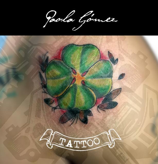 Trébol de cuatro hojas tatuaje realizado por Paola Gómez