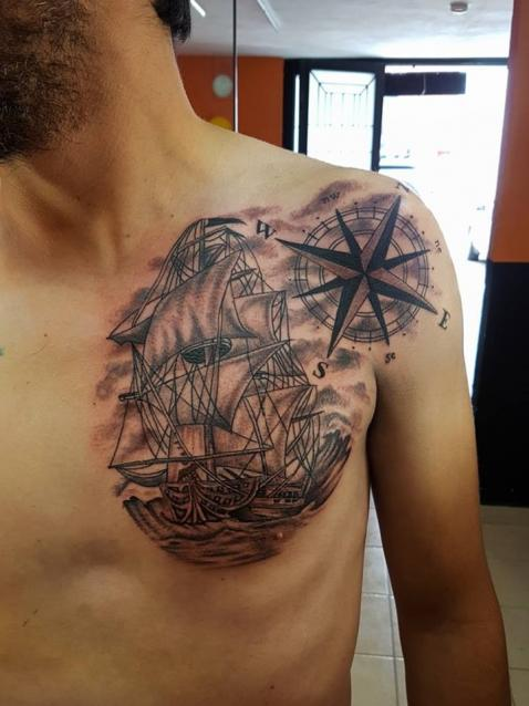 buque navegando barco  tatuaje realizado por The inkperfect tattoo shop