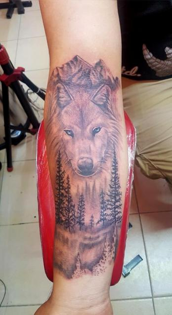 lobo en el bosque  tatuaje realizado por The inkperfect tattoo shop