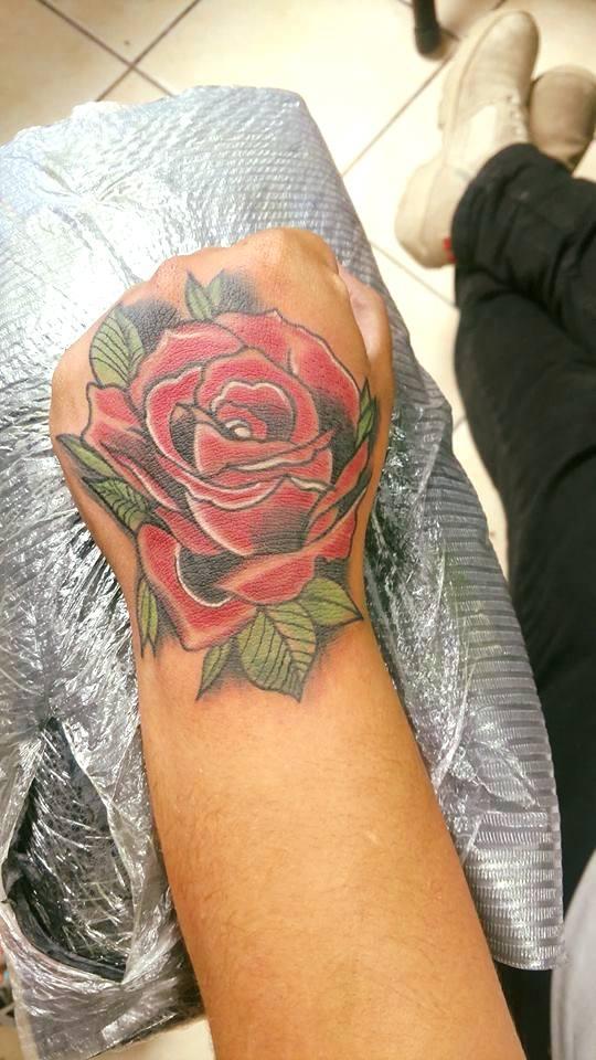 Rosa Neo-tradicional  tatuaje realizado por Omar Mendoza
