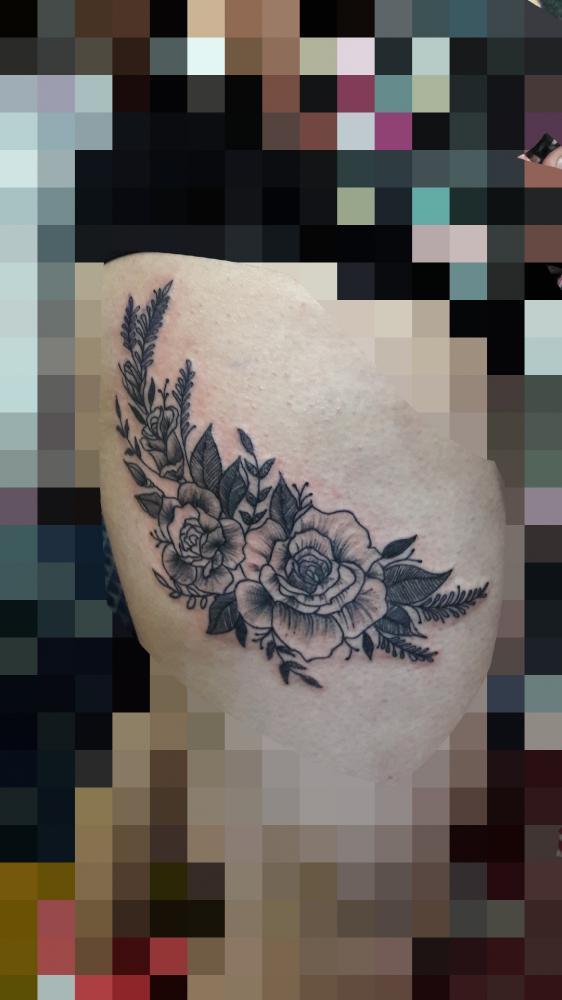 Flores tatuaje realizado por TattoDanny
