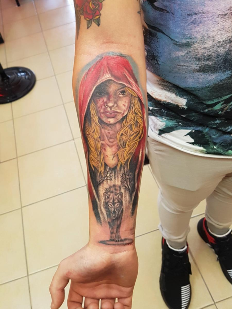 Caperucita lobo brazo tatuaje realizado por The inkperfect tattoo shop