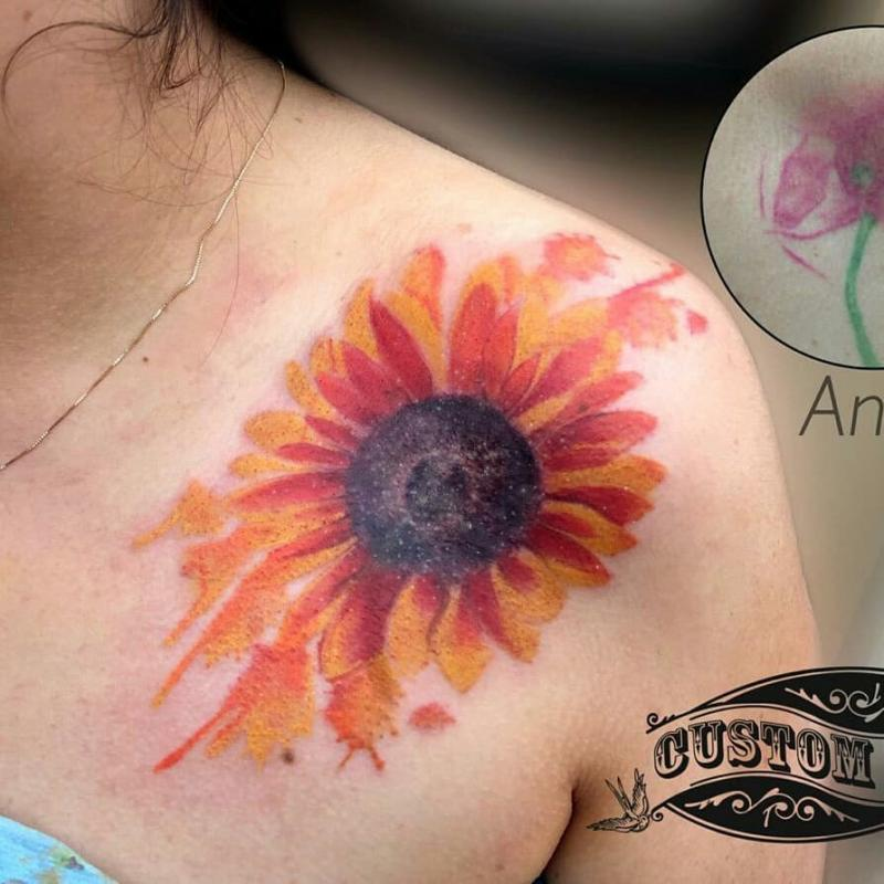 Flor tatuaje realizado por Ivan Juárez