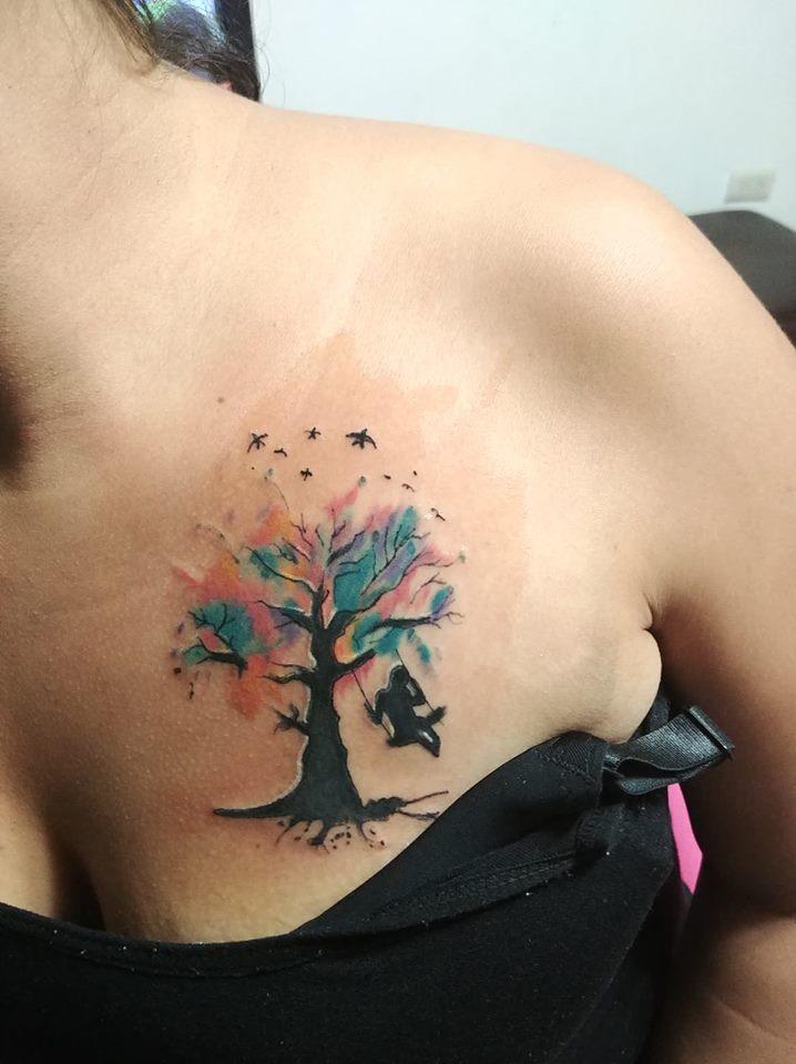 Arbol colores  tatuaje realizado por Omar Mendoza