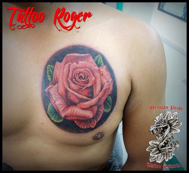 Rosa a color tatuaje realizado por Roberto Girón