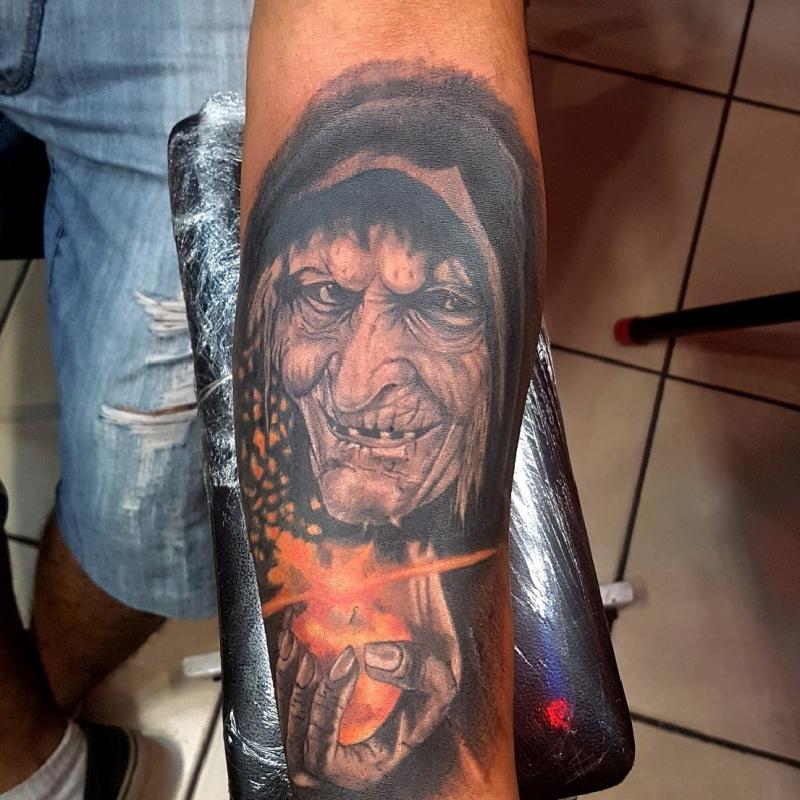 Bruja manzana brazo tatuaje realizado por The inkperfect tattoo shop